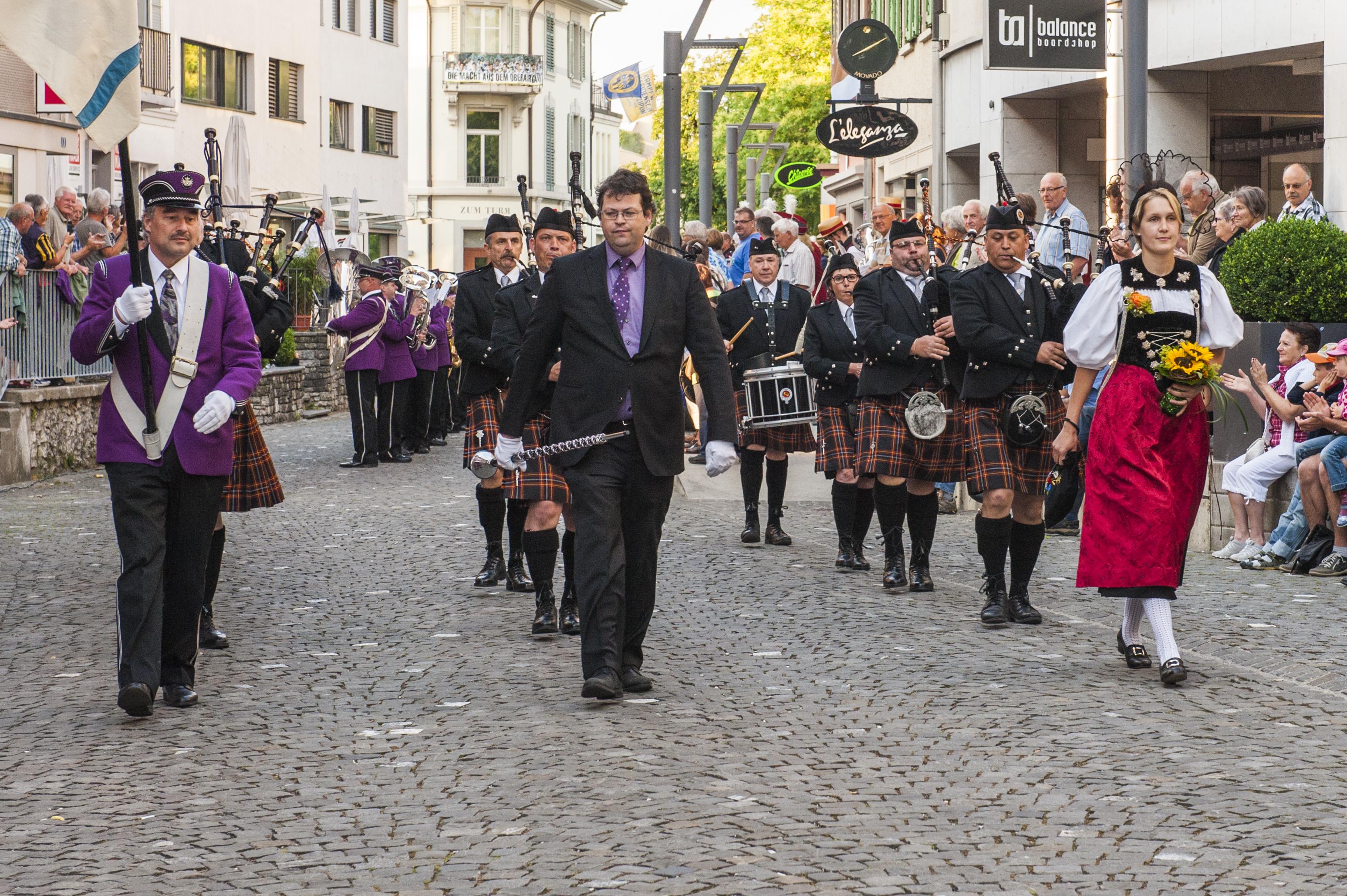 Marschmusik Parade in L'Thal mit MG Inkwil